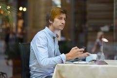 Jonge maniermens/hipster het drinken espresso in de stadskoffie Stock Foto