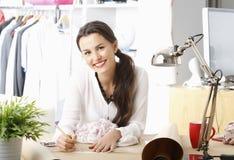 Jonge manierontwerper die in haar studio werken Stock Afbeelding
