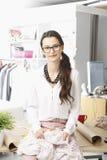 Jonge manierontwerper die in haar studio werken Stock Fotografie