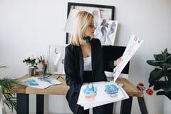 Jonge manierontwerper met schetsen royalty-vrije stock afbeelding