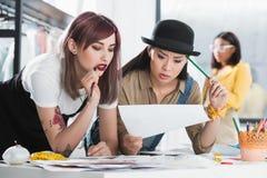 Jonge manierontwerpers die schets en het bespreken bekijken royalty-vrije stock foto's