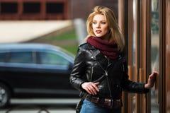 Jonge maniervrouw in leerjasje bij de wandelgalerijdeur Royalty-vrije Stock Afbeelding