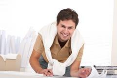 Jonge mannelijke architect die op kantoor werkt Stock Foto