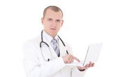 Jonge mannelijke arts die die laptop met behulp van op wit wordt geïsoleerd Stock Afbeeldingen