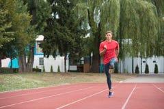 Jonge Mannelijke Atleet Running op Spoor stock afbeelding