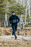 Jonge mannelijke atletenlooppas in een de lentebos Stock Fotografie