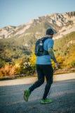 Jonge mannelijke atletenlooppas op achtergrond van berglandschap Royalty-vrije Stock Fotografie
