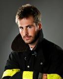 Jonge mannelijke brandbestrijder stock foto