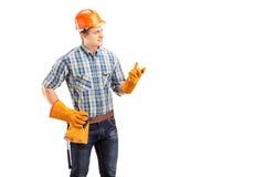 Jonge mannelijke contractant met bouwhelm royalty-vrije stock afbeeldingen