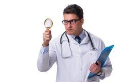 Jonge mannelijke die arts met een het kijken vergrootglas op wh wordt geïsoleerd Stock Foto