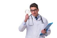 Jonge mannelijke die arts met een het kijken vergrootglas op wh wordt geïsoleerd Stock Afbeeldingen