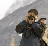 Jonge mannelijke fotograaf met c. Stock Afbeelding