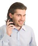 Jonge mannelijke geïsoleerdee besprekingen op mobiele telefoon Stock Afbeeldingen