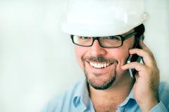 Jonge mannelijke ingenieur op de telefoon Royalty-vrije Stock Foto's