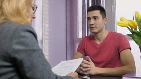 Jonge mannelijke kandidaat die een baan aanvragen stock footage