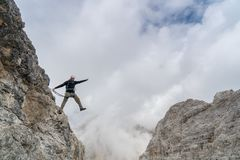 Jonge mannelijke klimmer op een steil en blootgesteld rotsgezicht die a via de knappe mannelijke klimmer van Ferratayoung op een  stock fotografie
