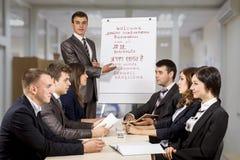 Jonge mannelijke manager die de brainstorming leiden royalty-vrije stock afbeeldingen