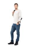 Jonge mannelijke mannequin in vrijetijdskleding die leerjasje over schouder dragen Stock Fotografie