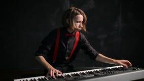 Jonge mannelijke musicus het spelen piano stock video