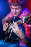Jonge mannelijke musicus met een witte gitaar Stock Foto
