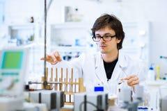 Jonge mannelijke onderzoeker in een laboratorium Stock Foto's