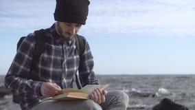 Jonge mannelijke reiziger stock video