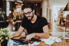 Jonge Mannelijke Talanted-Kunstenaar Focused op Paining royalty-vrije stock foto's