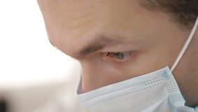 Jonge mannelijke tandarts op het werk stock video