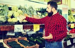 Jonge mannelijke verkoper die bloemkolen aanbieden Stock Foto's