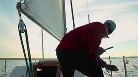 Jonge mannelijke zeeman die uit hogere kapitein op varende boot helpen stock videobeelden