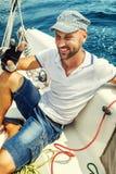 Jonge mannelijke zeiler op een wit jacht stock foto's