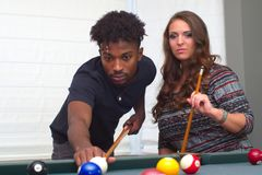 Jonge mannen en vrouwen in poolroom speel het nachtlevenactiviteit van de biljartlijst royalty-vrije stock foto