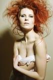 Jonge mannequin met krullend rood haar. Royalty-vrije Stock Fotografie