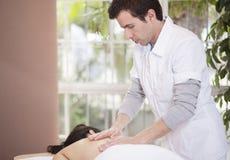 Jonge masseuse op het werk Stock Afbeelding