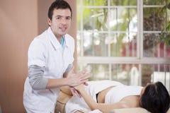 Jonge masseuse op het werk Stock Fotografie