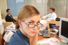 jonge medewerker in haar bureau potrait Royalty-vrije Stock Fotografie