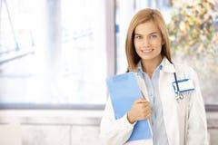 Jonge medische student die in bureau glimlacht Royalty-vrije Stock Afbeelding
