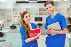 Jonge medische studenten die bij camera glimlachen Royalty-vrije Stock Fotografie