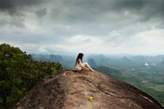 Jonge meditatie in bergen Tab Kak Hang Nak Hill-Aardsleep thailand stock afbeeldingen