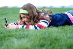 Jonge meisje en cellphone Stock Foto