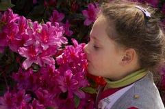Jonge meisje en de lentebloem Stock Afbeeldingen