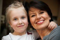 Jonge meisje en grootmoeder Royalty-vrije Stock Afbeeldingen