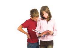 Jonge meisje en jongen die zich met boeken bevinden Royalty-vrije Stock Afbeelding