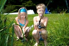 Jonge meisje en jongens visserij royalty-vrije stock afbeelding