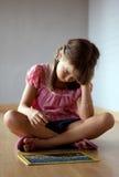 Jonge meisje en puzzel stock foto's