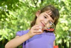 Jonge meisje en zeepbel Stock Fotografie