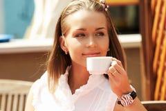 Jonge meisje het drinken koffie Stock Foto