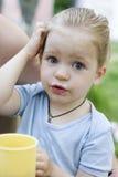 Jonge meisje het drinken thee van mok. Stock Foto's