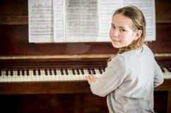 Jonge meisje het leren piano stock foto's