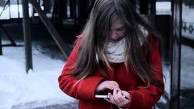 Jonge meisje het letten op tabletpc en verwarmt haar handen stock video